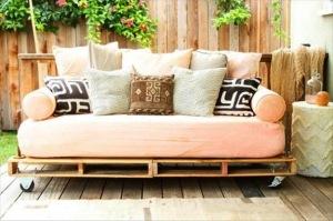 model-canapea-pe-roti-confectionata-din-paleti-de-lemn-reciclati